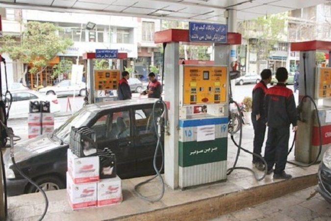 عدم رعایت اصول بهداشتی در پمپ بنزینها/ نه دستکشی دارند نه ماسک؛ چگونه سوخت بزنند!؟